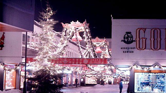 De var ikke bare sentrumsgatene som ble pyntet til jul. Her ser vi et julepyntet Lambertseter på 1960-tallet.