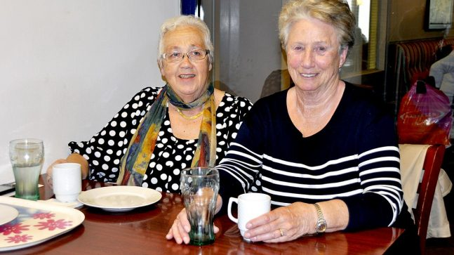 Anne Lise Bandgren (t.v.) og Bjørg Røed flyttet til Stovner på 1970-tallet og stortrives i sine store leiligheter og på stamkafeen på senteret.