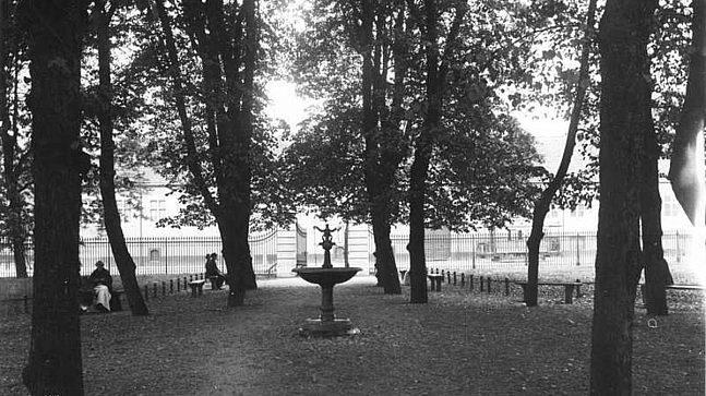 Den første offentlige parken var den private Paléhagen som lå i tilknytning til bygården og kongeresidensen Paleet like ved dagens Jernbanetorget. Dette bildet viser hagen med allé og fontene i 1905.