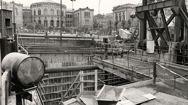 Stortinget ble åpnet som Sentrum stasjon i 1977, og var da endestasjon for de østre T-banelinjer.