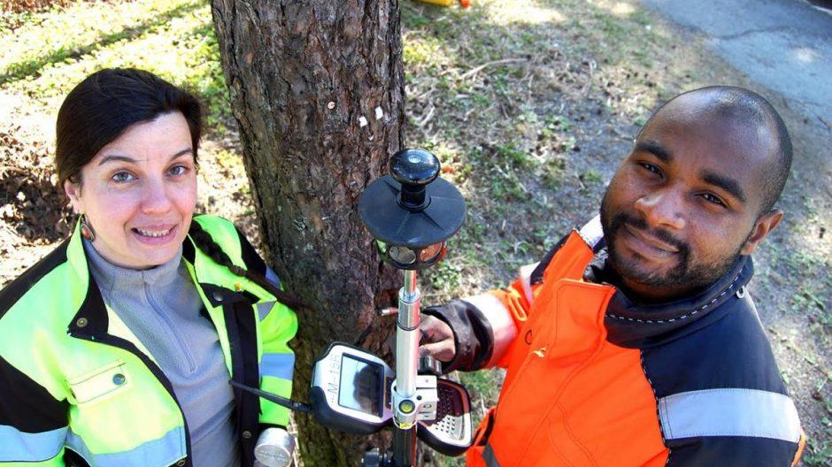 Nora Varhegyi og André Belibi jobber som landmålere i Plan- og bygningsetaten. De måler opp eiendomsgrenser i Oslo kommune.