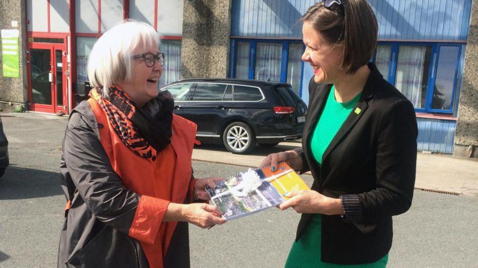 Etatsdirektør Ellen S. de Vibe overrekker «Strategisk plan for Hovinbyen» til byråd for byutvikling Hanna Marcussen.
