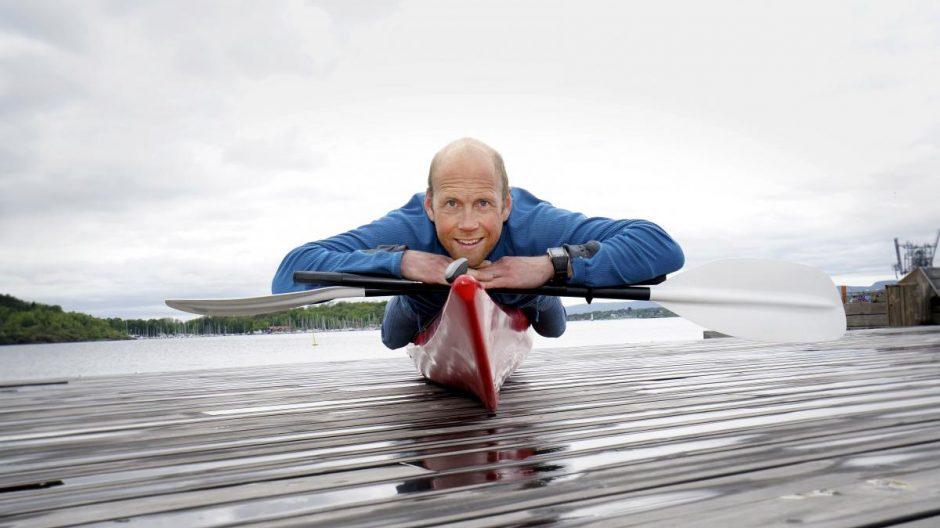 ostein Langslet tørrtrener med å holde balansen oppå kajakken på Sjøbadet-brygga