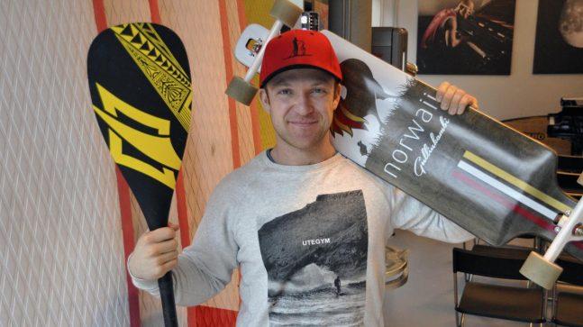 PADLEBRETT: Aksel Kolstad leier ut SUP-brett for stående padling og etterlyser mer innhold i byens fine arkitektur og gøy på fjorden