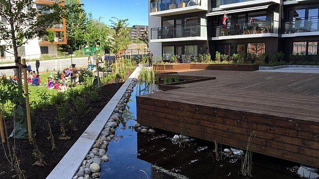 I 2004 bestemte bystyret at det skulle være åpen overvannshåndtering på Ensjø med åpning av Hovinbekken.