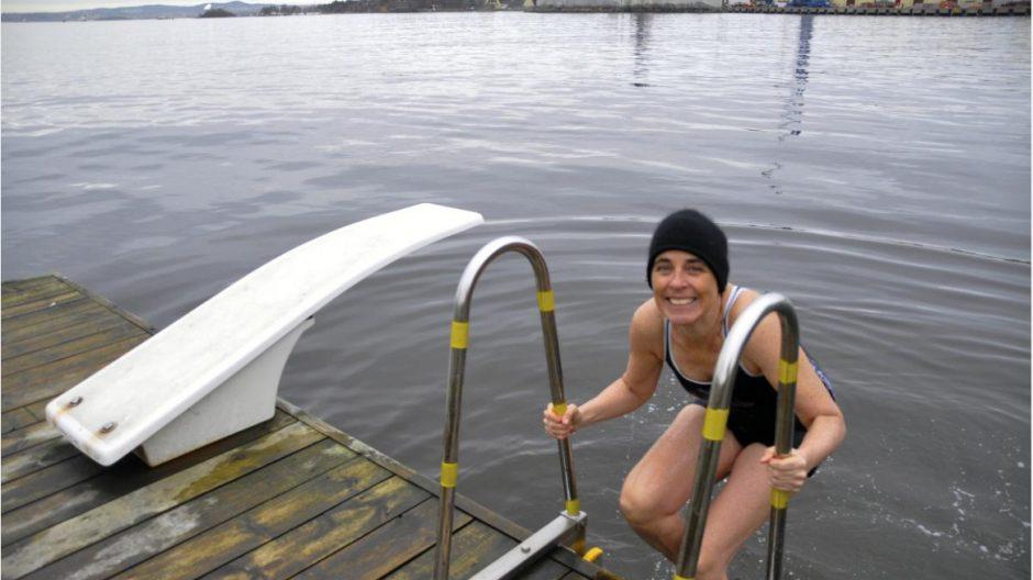 I pakt med naturen: Kari Hirth bader hele året og ønsker at kommunen skal sette større innsats inn på vedlikehold og drift av byens urbane badesteder.
