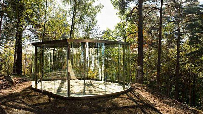 Dan grahams Ekeberg Pavilion i Ekeberg parken. Paviljongene i glass oppløser grensene mellom kunstverk, omgivelser og betrakter.