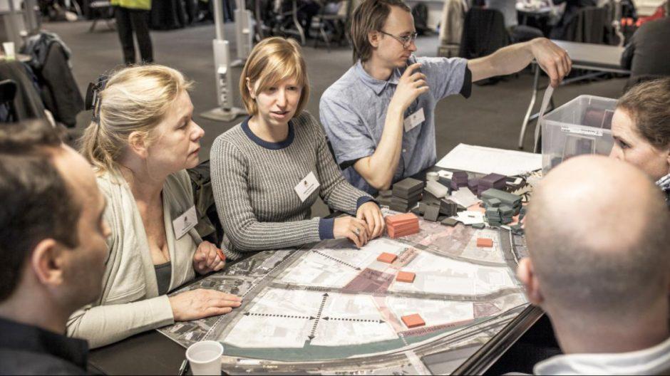 Valerie Van de Velde (midten) er fra den belgiske havnebyen Antwerpen, hvor initiativet til urbact- prosjektene oppsto. Hun syntes det å hent inspirasjon hos engasjerte kolleger fra hele Europa.