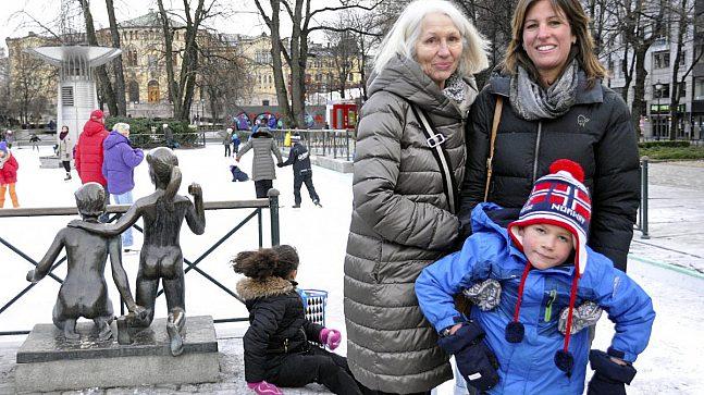 Inger M. Jessen (t.v.) og Christine Orning har liten tro på at det blir mer liv i byen av å forby biler. De er på besøk i Oslo sentrum hvor Alexander på 6 år prøver skøyter for første gang.