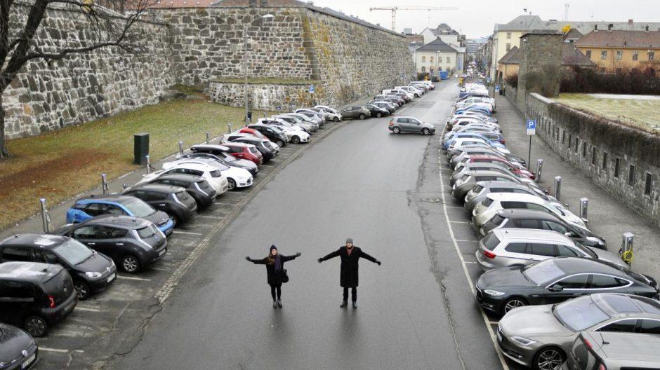 –Nye muligheter for byliv åpner seg når parkeringsplassene forsvinner fra Kongens gate gjennom festningen fra juni 2017, mener Liv Marit Dønnem Søyseth og Stein Kolstø i Plan- og bygningsetaten.