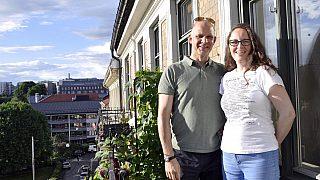 Martin og Camilla har forlatt Holmlia til fordel for flott utsikt til landlige omgivelser ved Akerselva fra smijernsbalkongen til den nye leiligheten på Grünerløkka.