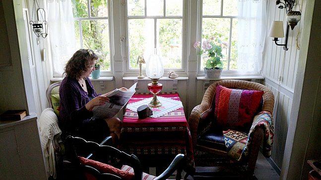 Inne har Eldbjørg Ribe prøvd å bevare huset slik det var (Foto: Ester Nordland).