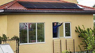 Einar Wilhelmsen har hatt solceller på taket til sitt eget hus på Bøler i to år.