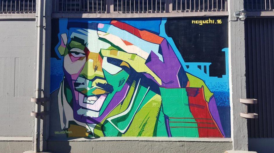 Graffitikunst av Mikael Noguchi finner du på den ene siden til skur 34