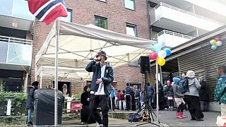 Godt nabolag: Beboerne i den kommunale bygården i Kolstadgata 7 er engasjert i bomiljøet sitt. Her rapper en av de lokale gutta i gatefesten for k7 -beboere og venner.