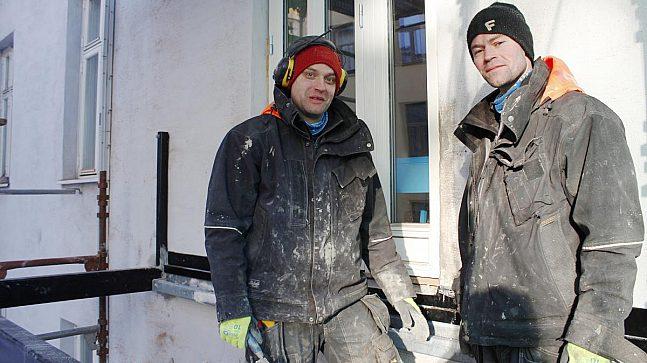 Håndverkerne Daniel Persson og Jens Andersson fra Balkongteam