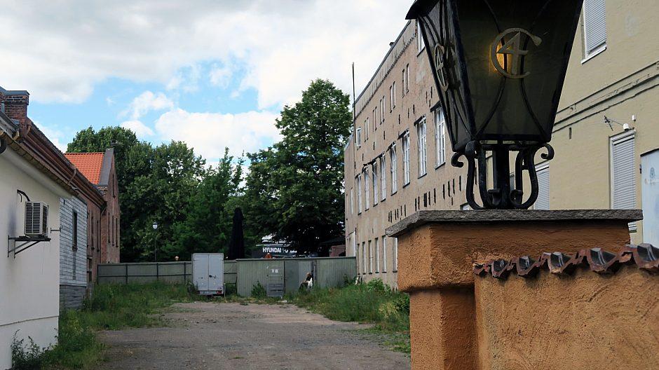 Mellom Tyskerbrakka og bygningene mot Christiania torg ligger dette solfylte uteområdet som ennå ikke er utnyttet men som kan være velegnet for uteservering.