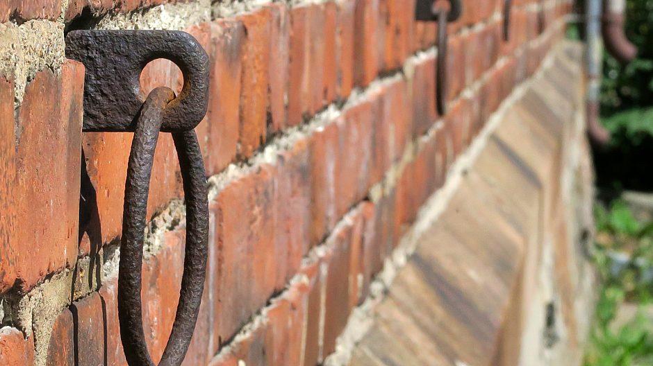 På fasadene til de gamle stallene henger fremdeles ringer som minner om en tid da det sto hester bundet her.