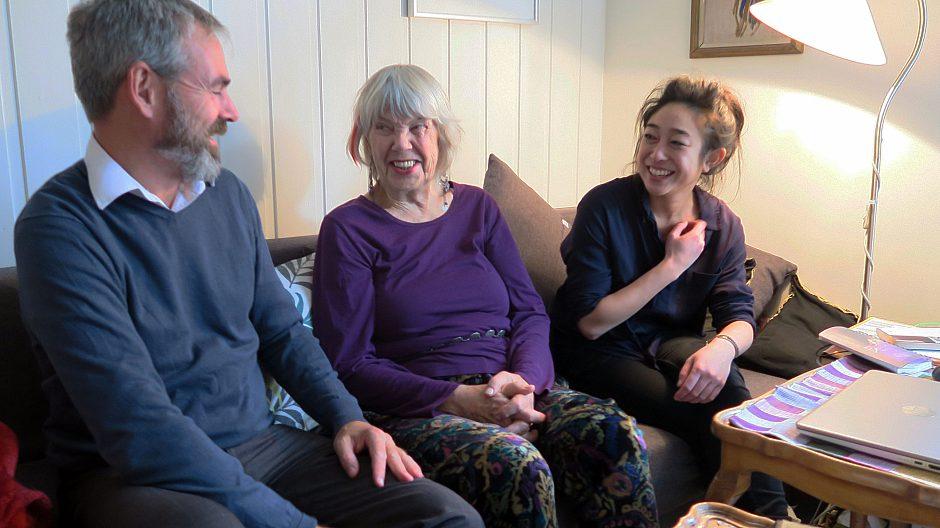 - Det beste ved å bo i bofellesskapet Friis' gate 6 er at vi har så hyggelige naboer, men vi er sjelden på besøk i hverandres leiligheter, sier (f.v.) Jon Aga, Berit Waal og Thao Nguyen.