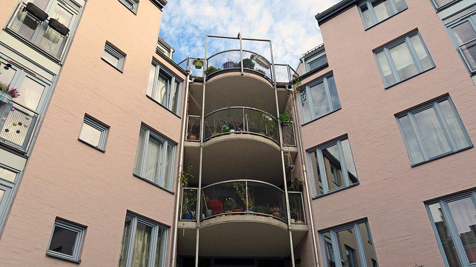 I Friis' gate 6 er det stor, felles balkong i hver etasje. Innimellom har temaet privat balkong kommet opp, men flertallet stemmer alltid imot.