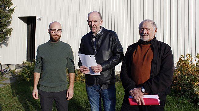 Arkitekt Erik Morset fra rak arkitektur as, styreleder Jan Egil Nordeng og nestleder Per Eirik Johannessen i Alunsjø borettslag foran en av boligene som ønsket et noe annerledes tilbygg.