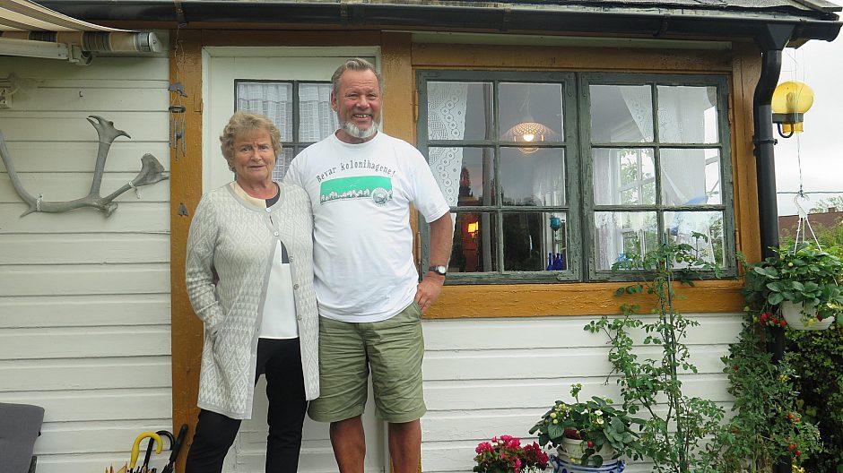 Svein og Wenche Sæterdahl utenfor hytte nummer 100 000.