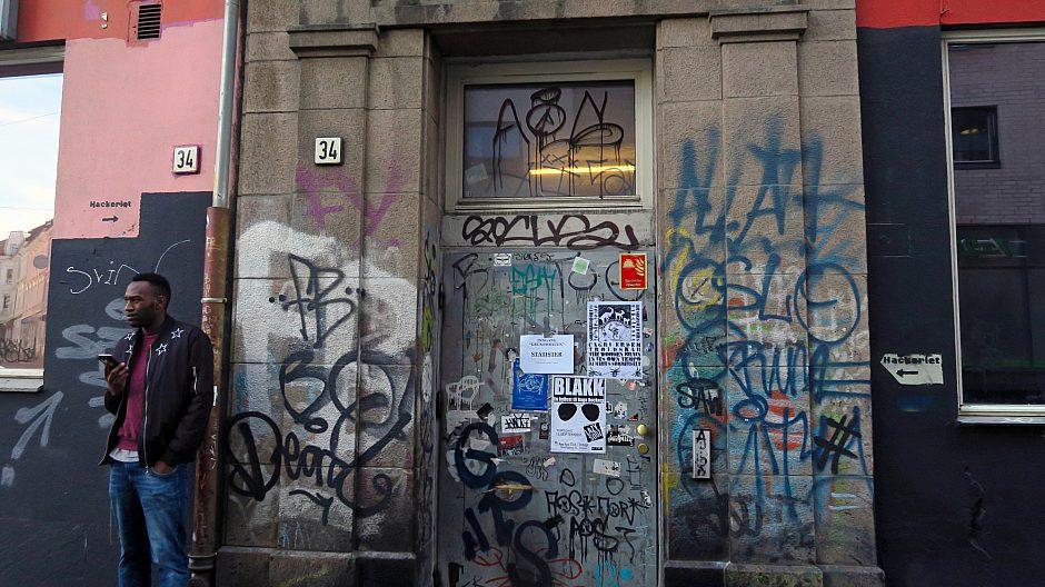 Flere 100 mennesker går inn og ut av denne døren i Hausmannsgate 34 hver dag for å produsere kunst eller delta i noen av de mange aktivitetene som tilbys av kulturhuset Hausmania.