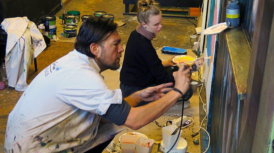 2. klassinger fra Granum kunstfagskole utvikler kunstprosjekter rett på veggen i Hausmanias korridorer.