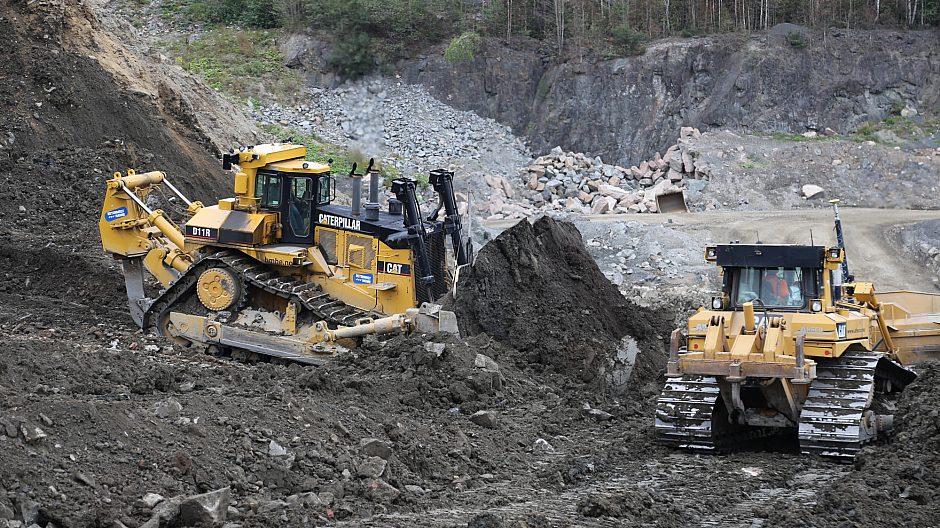 Store maskiner tas i bruk for på nytt å gjøre Huken til en del av Marka. Dozeren til venstre veier 120 tonn og er Norges kanskje største.