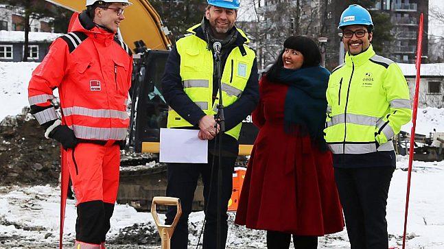 Anders Haugland (Veidekke), Mathis Grimstad (Stor-Oslo Eiendom), Victoria Marie Evensen (leder for byutviklingskomiteen) og Daniel Kjørberg Siraj (konsernsjef i OBOS).