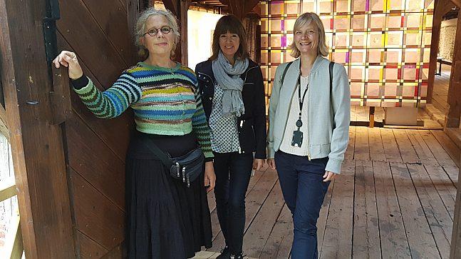 Her er tekstilkunstner Inger Johanne Rasmussen avbildet sammen med EBYs, Lena Nesset (kommunikasjonssjef) og Theresa Jensen (eiendomsforvalter) i døra inn til Lavettbygningen.