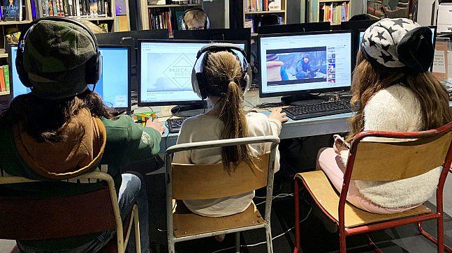 Kidsa på Biblo får ikke spille dataspill hele tiden. Men når klokka slår 16.00 og dataspill er lov, strømmer de til datamaskinene.