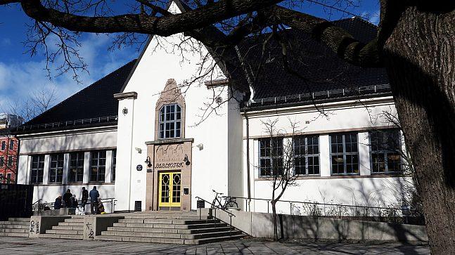 Deichman lokalbibliotek på Schous plass var Norges første folkebibliotekbygning da det åpnet i 1914, og står i dag på Byantikvarens gule liste over bevaringsverdige kulturminner.