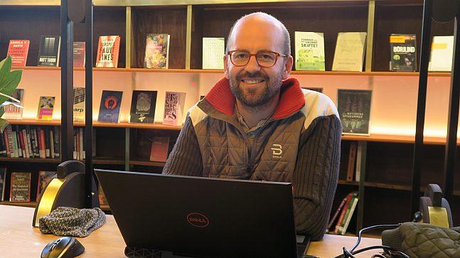 Biblioteket er et utmerket sted å finne ro til å jobbe eller studere, eller til bare å slappe av og gjøre ingenting. Sturle Holan (t.h.) er en hyppig bruker av sitt lokale bibliotek på Grünerløkka.
