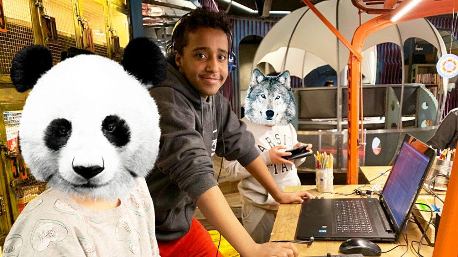 Abdi (20) er opptatt av å inspirere og utfordre barnas kreativitet. Jenta bak panda-hodet har laget musikk for første gang og synes det er skikkelig gøy.