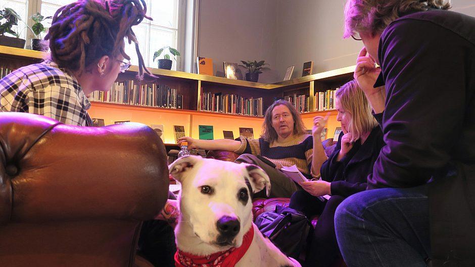 Her på nye Deichman Grünerløkka er det lagt godt til rette for sosiale møter med sofaer, sittegrupper og arbeidsplasser, her har noen av bibliotekets ansatte slått seg til.