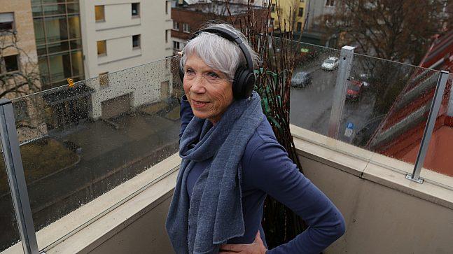 Når Sylvi Leander er ute på takterrassen sin, bruker hun ofte øretelefoner for å dempe støyen fra omgivelsene.