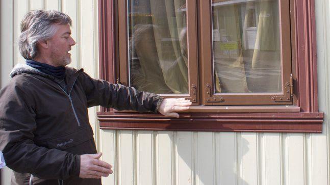Slik skal det gjøres. André Korsaksel viser at losholt, hengsler, hjørnebeslag og kittfals er korrekt utført på de nye vinduene.