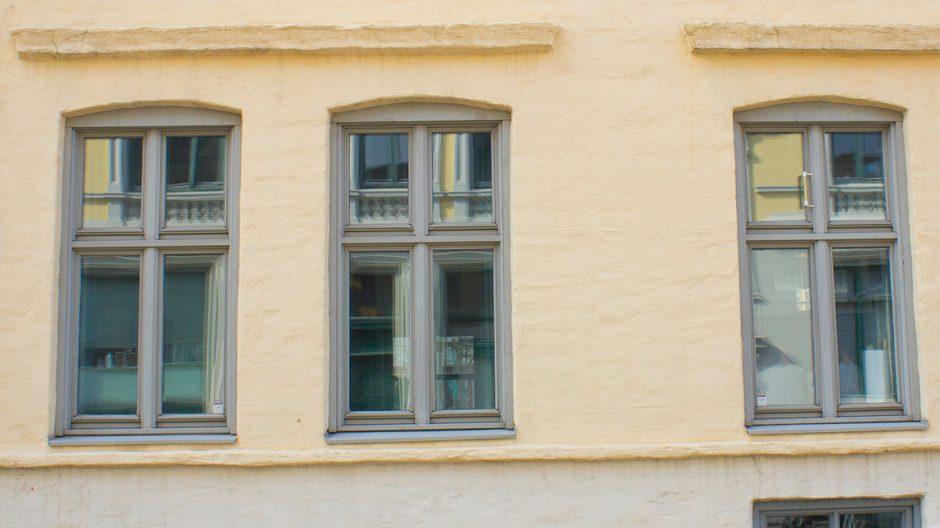 Den opprinnelige vindusinndelingen er beholdt, men ramme og krysspost er altfor kraftige og reduserer glassflaten for mye.