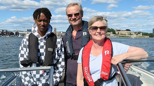 - Jeg hadde nok ikke følt like sterk tilhørighet til Oslo om det ikke hadde vært for fjorden og båtlivet, sier Endre Stiansen (midten). Kona Nina Fjelde og sønnene Theo og Jonas.