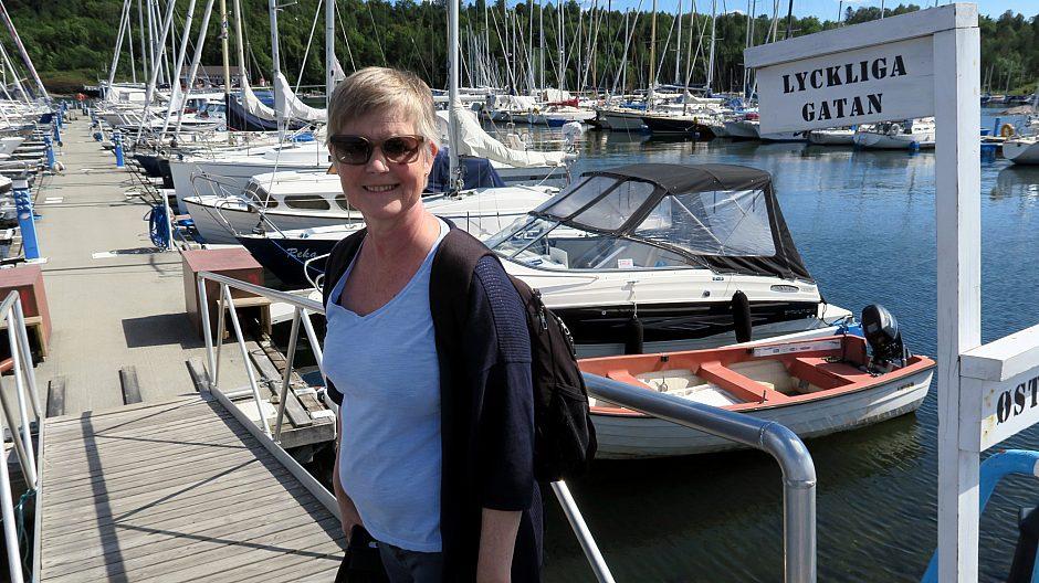Nina Fjelde har båtplass utenfor brygga «Lyckliga gatan» hos Revierhavnen Baatforening, og stortrives med det.