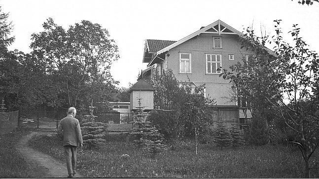 Munch foran huset på Ekely.