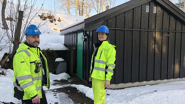 Rett ved skiarenaen ved Frognerseteren star Vidar Moen og Maria Uglum utenfor pumpestasjonen.