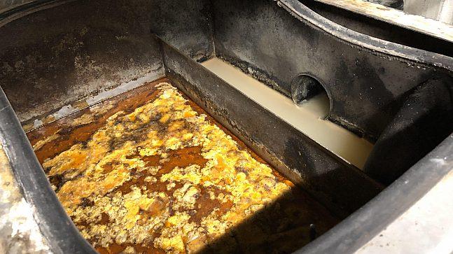 Slik ser det ut nede i fettutskilleren fjorten dager siden rensing