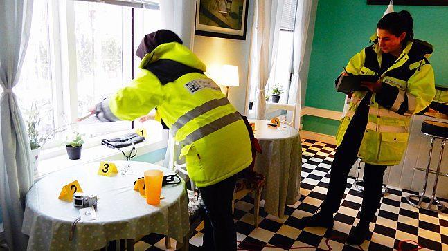 Er vinduet bredt nok som rømningsvei? Senioringeniør Rahele Rahmati måler, mens prosjektingeniør Ragnhild Ertsrud sjekker om rommet innfrir listens krav til brannvernutstyr.
