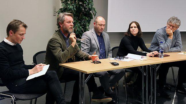 Innlederne på informasjonsmøtet. Fra venstre Per Chr. Stokke (Ruter/Asplan Viak), Ola Skar (Ruter), Andreas Vaa Bermann (PBE), Marte Sæther (Byantikvaren) og Halvor Jutulstad (Ruter)