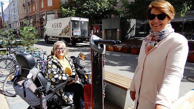 Eva Qvist viser eldrebyråd Tone Tellevik Dahl at tilgjengeligheten frem til sykkelpumpen for rullestolen går uten hindre.