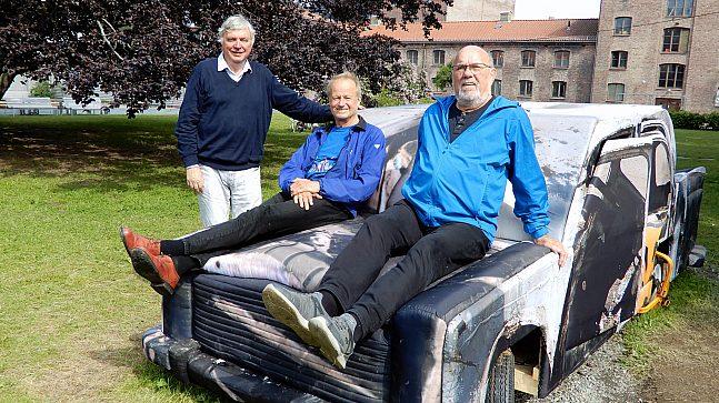 De er glad i gamle biler, også de i Myntgata 2, som er laget av tre og til å klatre på. F.v. Jens Helgebostad, Preben Winger og Ole A. Hansen.