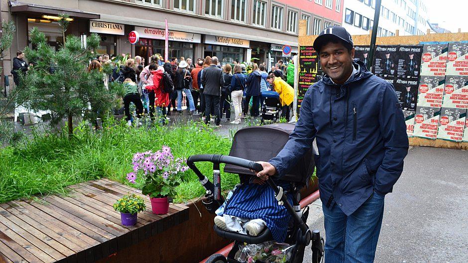 Nedre slottsgate var kledt i grønt. Rakib Rahman var en av flere vinnere som fikk med seg planter hjem, som pyntet opp gata under OsloByliv.