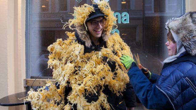 Fra utstillingen Folk i Dronningens gate. Andrea fra Mamma Pizza stilte opp til fotografering og ble iført pasta for anledningen.